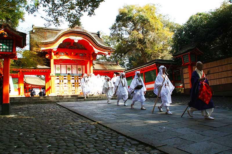 YK_23_Usa_Jingu_monks.jpg
