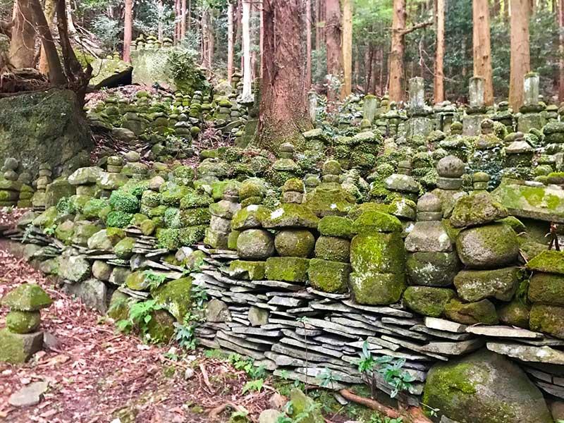 SGKT_29_Kyusentoji_graves.jpg