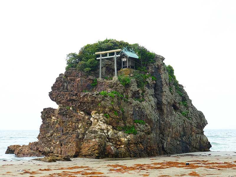 SQ_13_Izumo_rock_shrine.jpg
